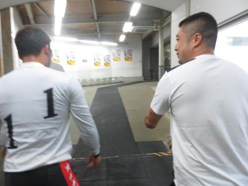 表彰式後に桐山敬太郎(右)が郡司浩平を出迎えていました。桐山も復活が待たれます