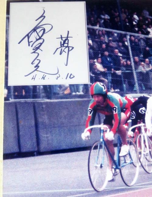 パネルの左側を拡大。当時の9番車は緑赤。左上部には、滝沢選手が「夢」と添えたサインも映されている(撮影・野島成浩)