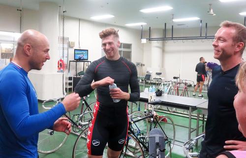 レース後にクリス・ホイ(右)と談笑するドミトリエフ(左)とトルーマン(撮影・中野公博)