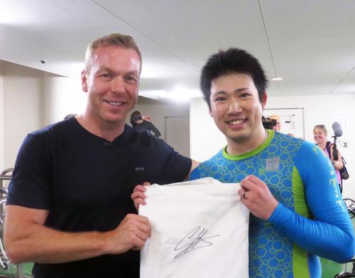 準決でトルーマンに勝った市橋司優人(右)もサインをしてもらい笑顔で写真撮影(撮影・中野公博)