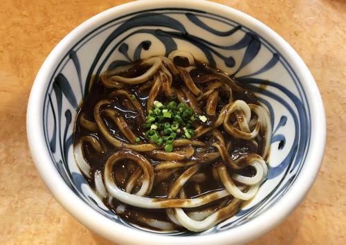 饂飩屋 五右衛門の黒カレーうどん(撮影・中野公博)