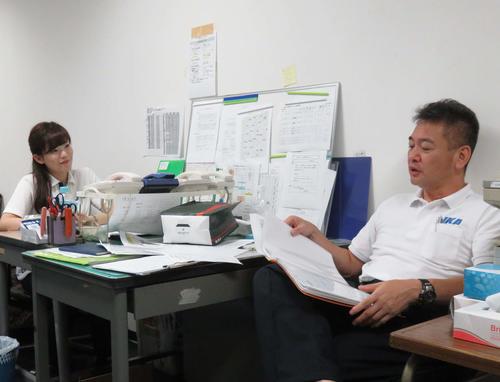 開催最終日のひとこま。戸田さん(左)が岩田課長と今節を振り返り、次節へ向けてポイントを話し合う