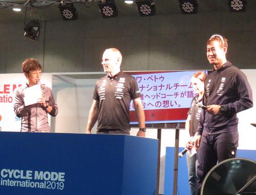 3日に特設ステージで行われた、ナショナルチームのブノワ・ベトゥヘッドコーチ(左から2人目)と脇本雄太(右端)のトークショー