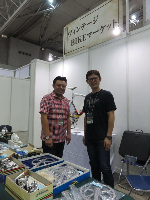 経営するアンティークショップのブースを出展した為田輝昭(左)と、同じく元選手でこの日はお手伝いをする伊藤直幸氏