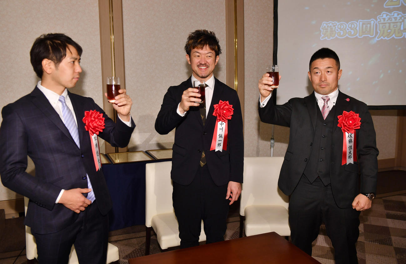 乾杯する右から佐藤慎太郎、中川誠一郎、松浦悠士(撮影・柴田隆二)