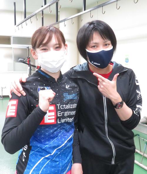 高木佑真(左)と、準優勝の篠崎新純が健闘をたたえ合う