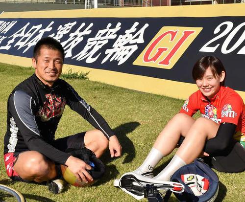 高木佑真(右)と師匠の白戸淳太郎(撮影・19年11月)
