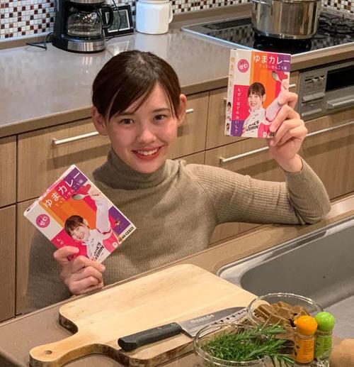 今春に高木佑真が自身のプロデュースした「ゆまカレー」を持つ