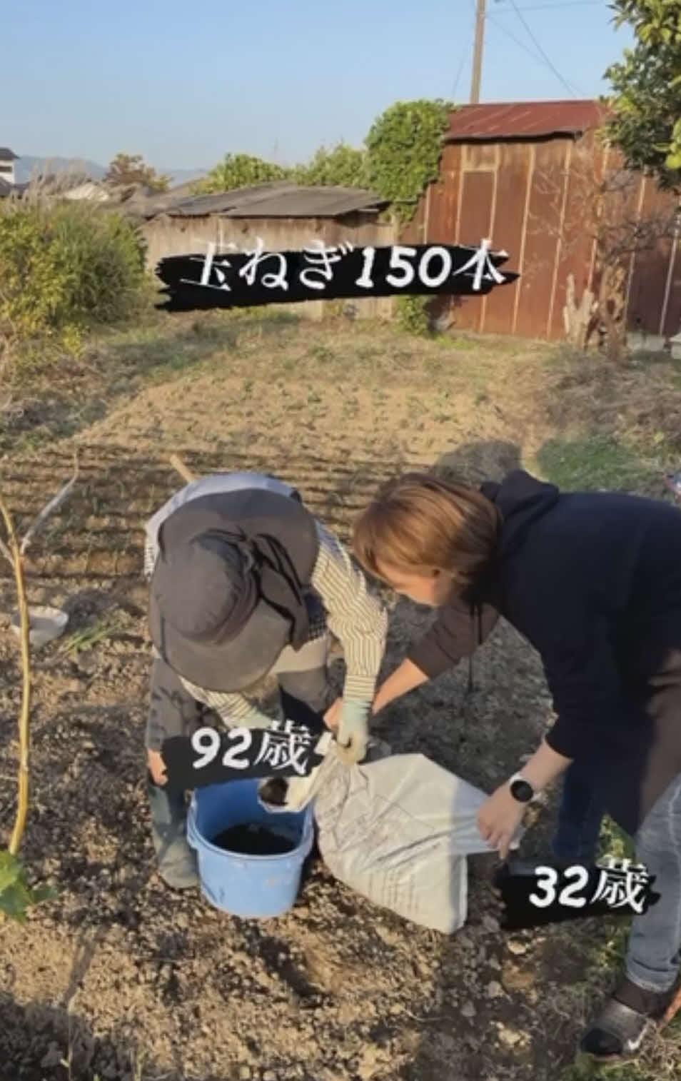 祖母の畑仕事を手伝う(夫・佐藤健太のSNSより