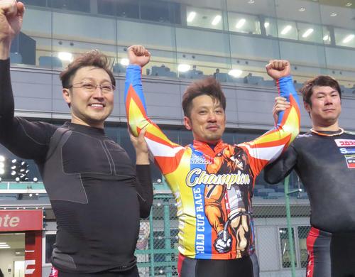 和田健太郎(中央)が中村浩士(左)、根田空史に祝福される