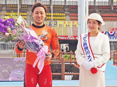 優勝した郡司浩平(左)は岐阜長良川メイツの長良薫さんとツーショット