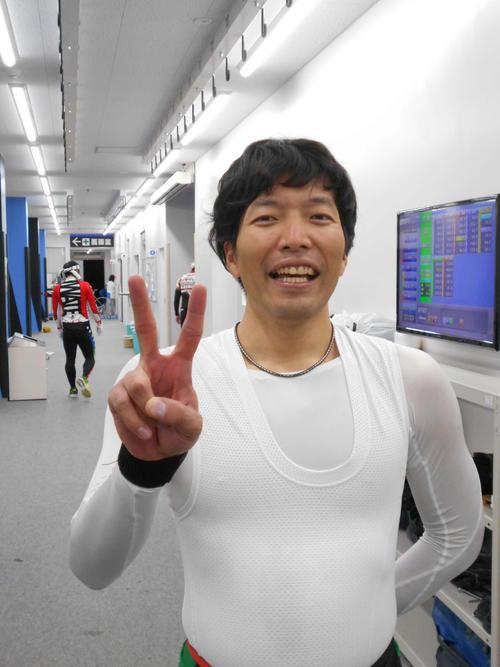 会心の逃げ切り勝ちを収めた伊藤貴史が笑顔でVサイン