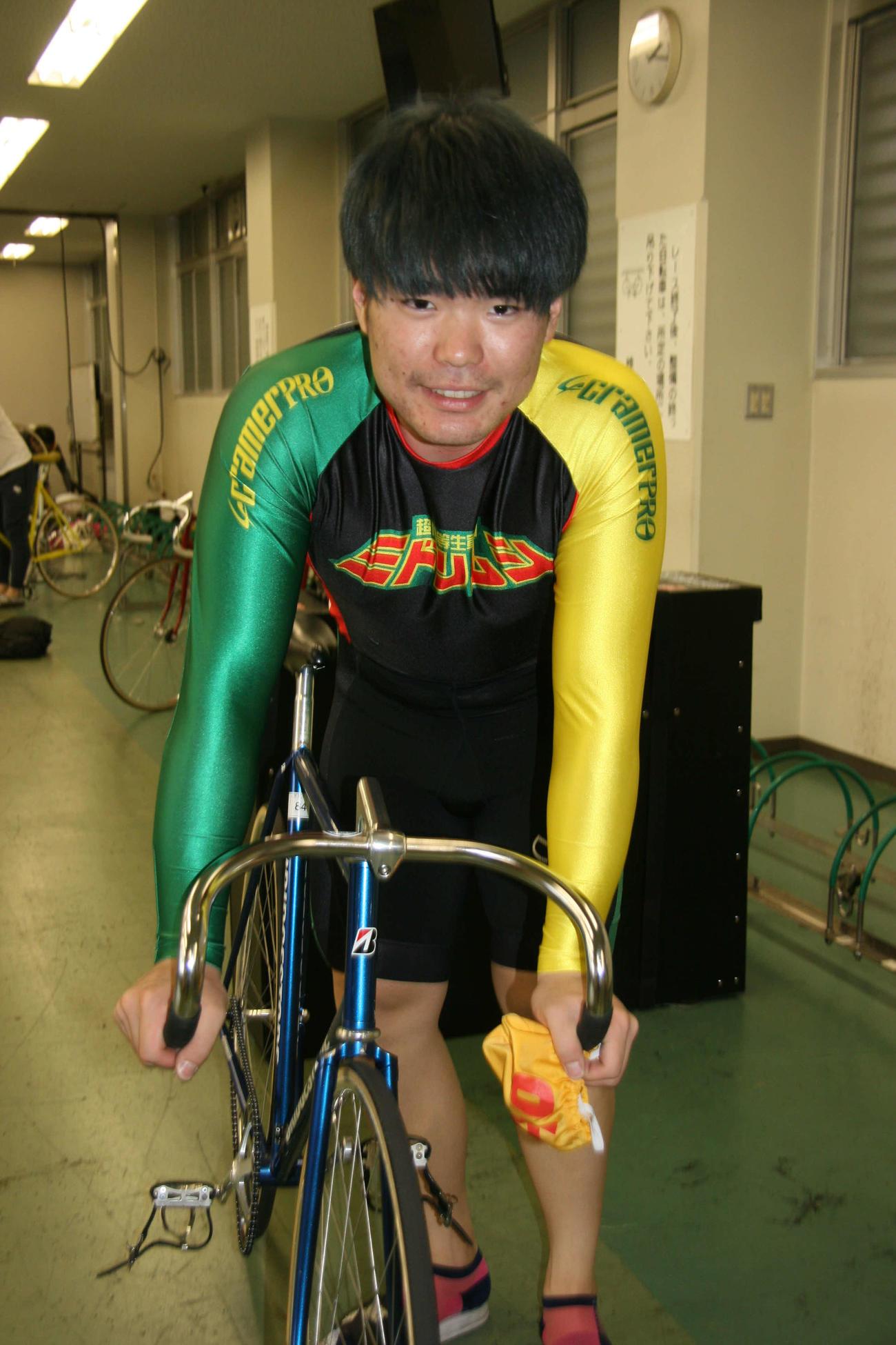 田上晃也が自慢のパワーで押し切りを狙う(撮影・秋山正則)