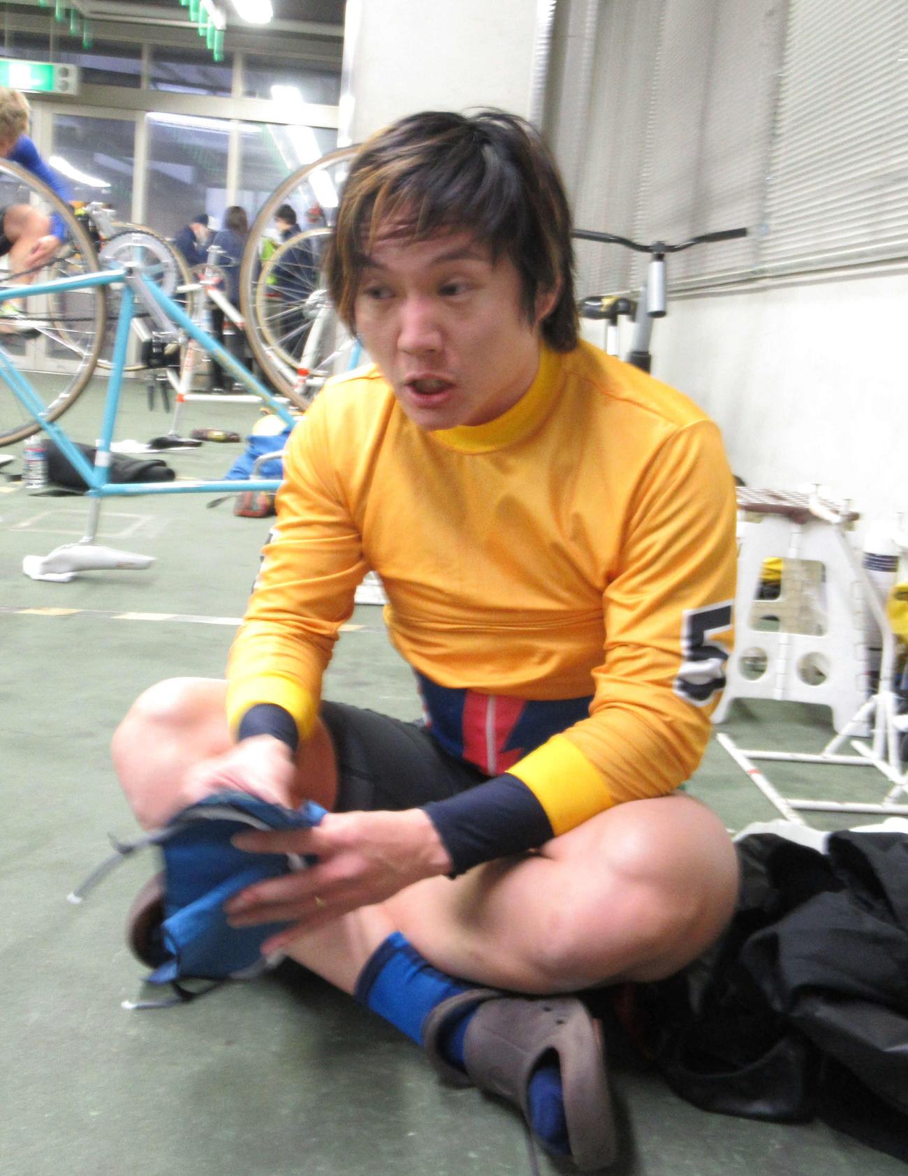 強風の中を逃げ切った山崎晃が苦しそうな表情を見せた(撮影・山田敏明)