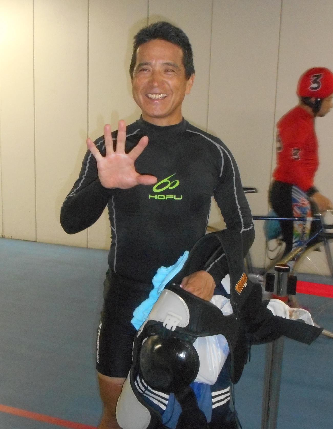 予選3Rで通算500勝を達成し、5本指で喜びを示した重一徳(撮影・岡田晋)