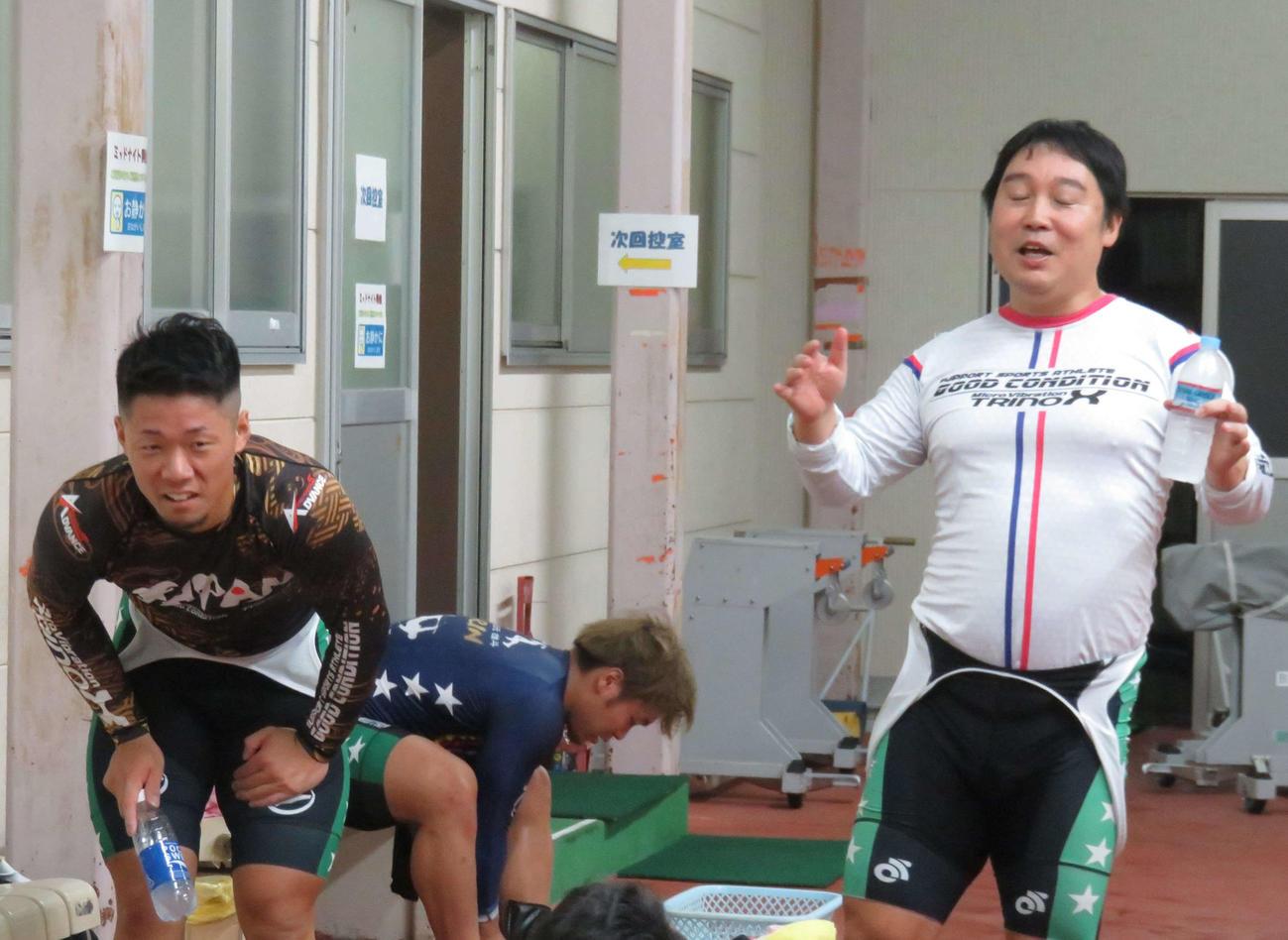 レースを振り返る貴志修己(左)と北浦弘幹