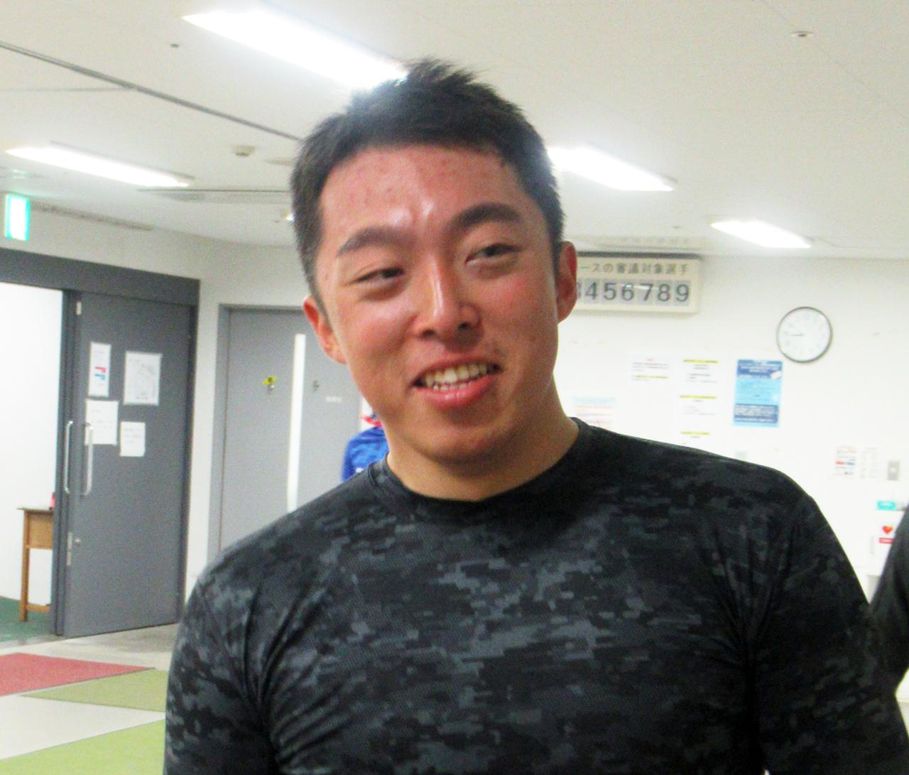 村上貴彦とワンツーを決めて笑顔の黒滝大翔(撮影・岡田晋)