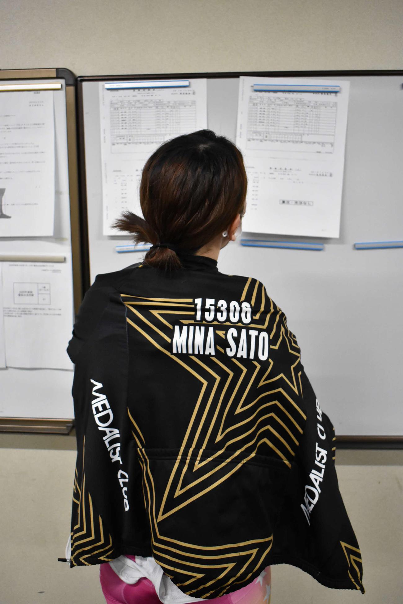 レース後の佐藤水菜は成績表の上がりタイムを凝視していた
