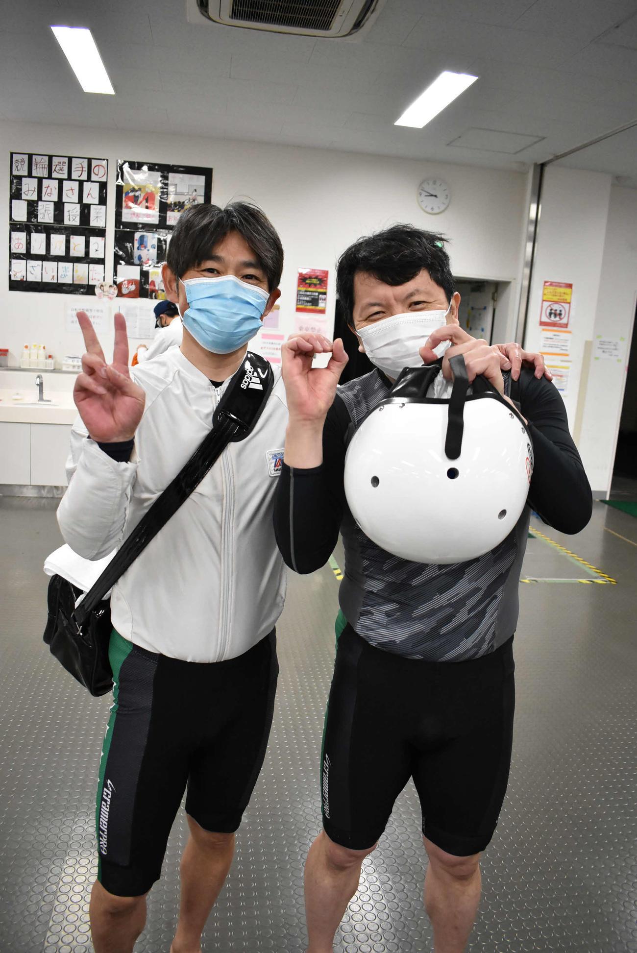 通算200勝を達成した小峰一貴(左)が立役者の浦山一栄と200ポーズ