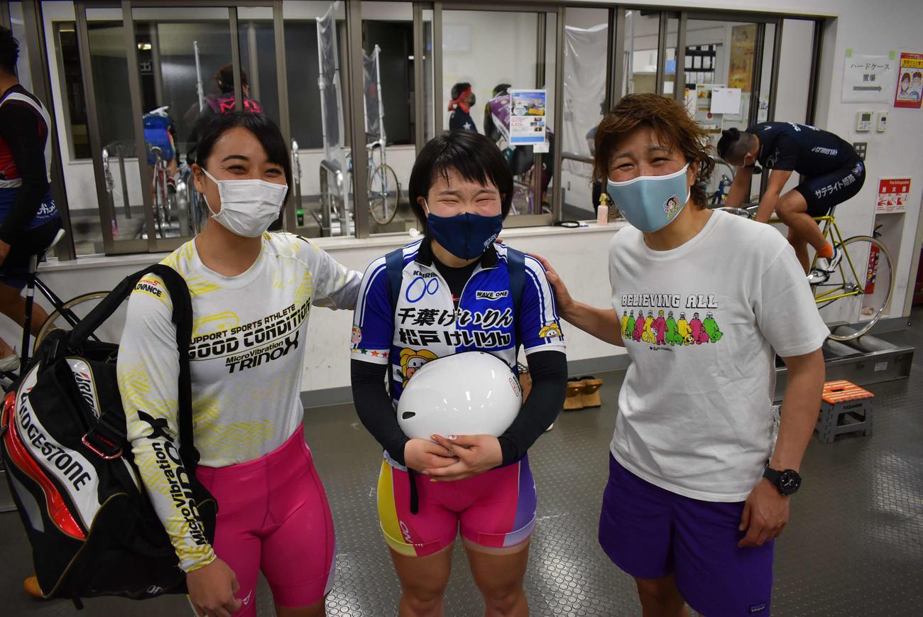刈込奈那(中央)は憧れの奥井迪(右)にねぎらわれて感無量。左は久米詩