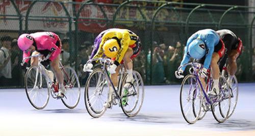 サマーナイトフェスティバル決勝ゴールを1着で駆け抜ける村上博幸(中央)、2着の渡辺雄太(右)、3着の園田匠(左)