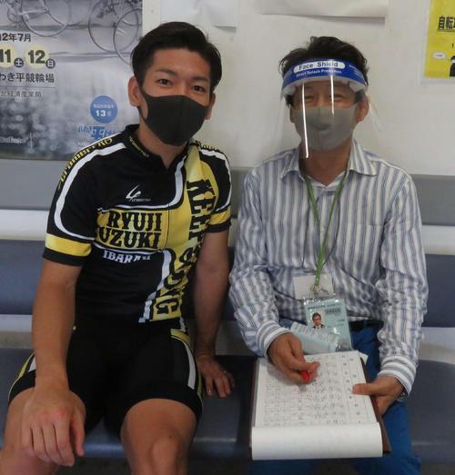 鈴木竜士(左)を直撃するヤマコウ(撮影・栗田文人)