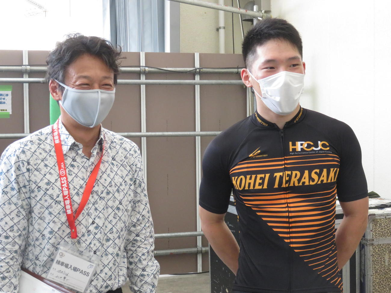 G1初出場の寺崎浩平(右)を取材するヤマコウ