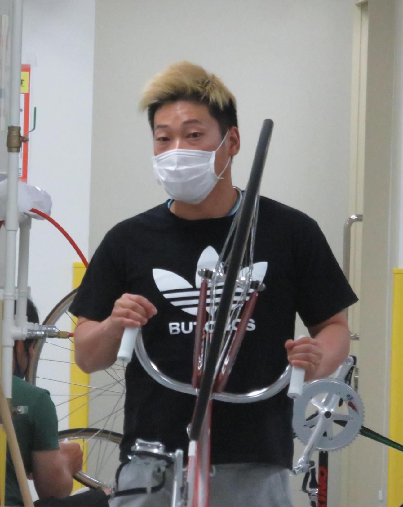 ヤマコウは10R特選で原田研太朗に熱視線を送っている(撮影・山本幸史)