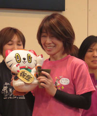 岸恵子が施行者から誕生日プレゼントに笑顔/常滑 - ボート : 日刊スポーツ