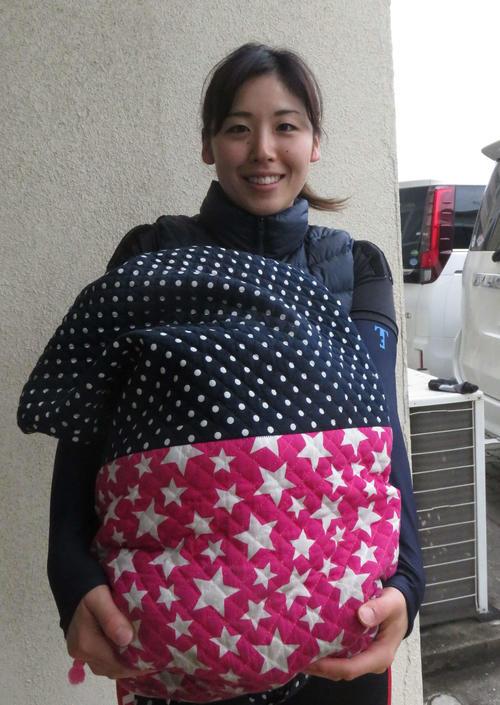 3場所連続の決勝進出を目指す蓑田真璃。手に持った袋は師匠の奥さんの手作り(撮影・栗田文人)