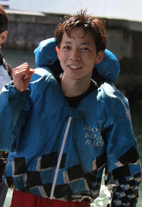 栗原直也が豪快なまくりでデビュー初勝利を挙げた。水神祭が行われた後に満面の笑顔を見せた(撮影・北條直治)