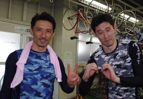 加賀山淳(右)に乗って通算200勝を飾った近藤俊明。2人で節目勝利を祝った
