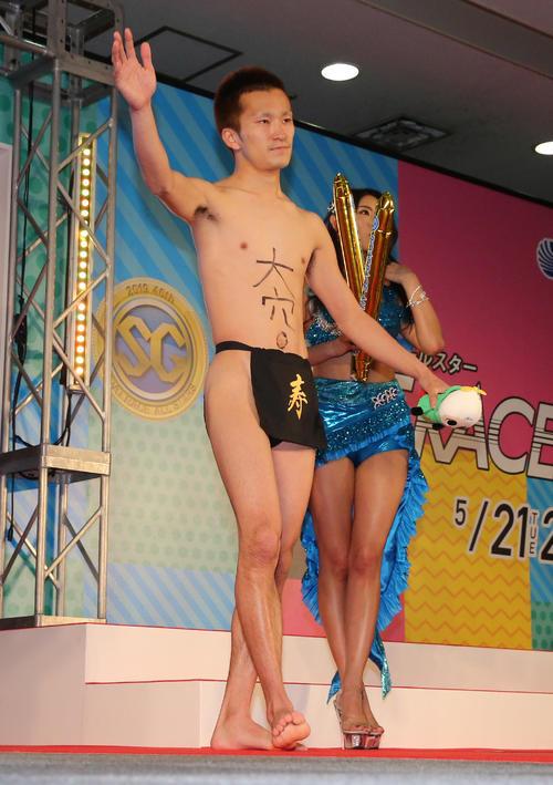 開会式の選手紹介でふんどし姿で登場した西山貴浩(撮影・菊川光一)