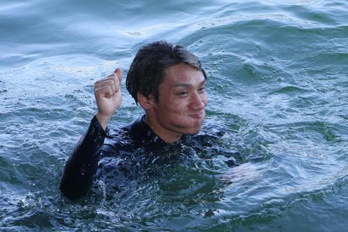 水神祭で祝福される上野真之介(撮影・栗木一考)