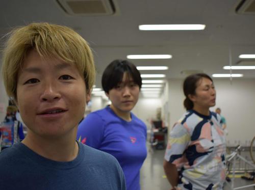 114期佐藤水菜がカメラを向けると、野口のぞみ、増茂るるこ、佐藤亜貴子(左から)が三者三様の表情をみせた(撮影・佐藤水菜選手)