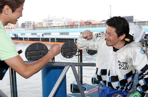 SG連覇を果たした吉川元浩(右は)石野貴之と勝利のグータッチ