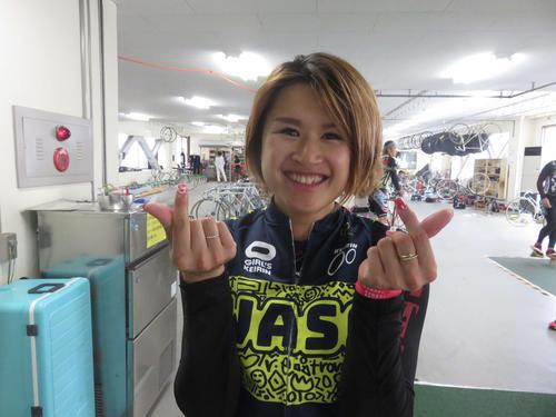 成田可菜絵は両手で指ハートを作り笑顔(撮影・中野公博)