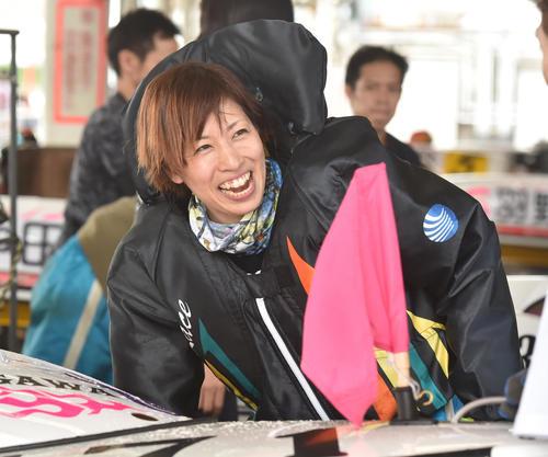 5R予選2着に笑顔を見せる長嶋万記(撮影・柴田隆二)