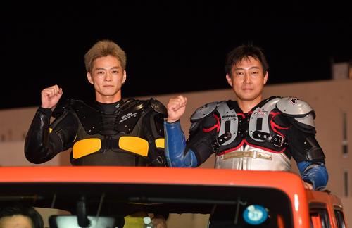 準決10Rで1着の早川清太郎(左)と2着の浦田信輔はファンの前の公開インタビューに向かう(撮影・柴田隆二)