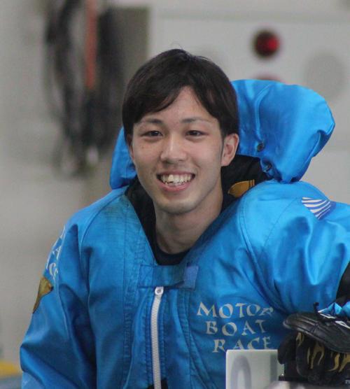 福岡4日目5Rでデビュー初の1着を決めて笑顔を見せる野見山拓己