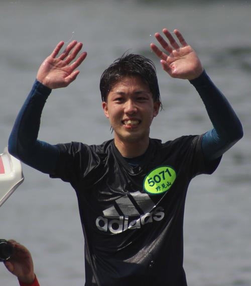 福岡4日目5Rでデビュー初の1着を決め、水神祭でファンの声援に応える野見山拓己