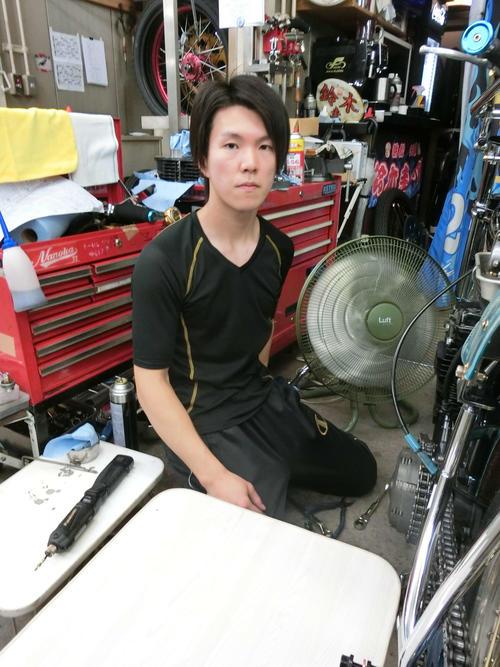 鈴木圭一郎は大整備でマシンを仕上げる(撮影・海老原実)