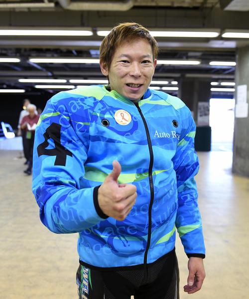 準々決勝7Rで1着の佐藤貴也は「ベットオンミー!」をする(撮影・柴田隆二)
