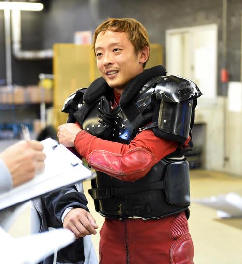 準々決勝5Rで1着の中村友和は記者の質問に答える(撮影・柴田隆二)