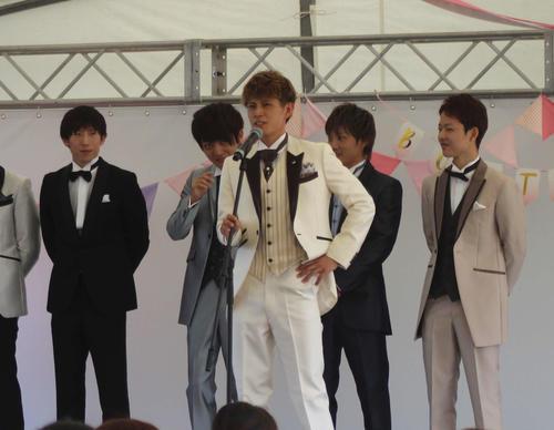 女性ファンへ向けてあいさつする高木圭大(右から3番目)(撮影・中牟田康)