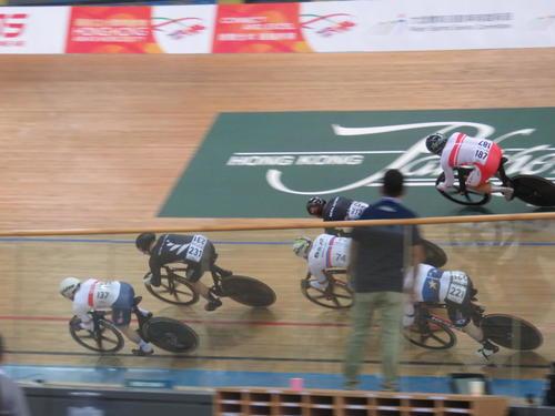 決勝で後方から仕掛けに行く新田祐大(右上)