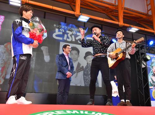 優勝した田村隆信(左端)は元WBA世界ライトフライ級王者、どぶろっくから祝福される(撮影・柴田隆二)