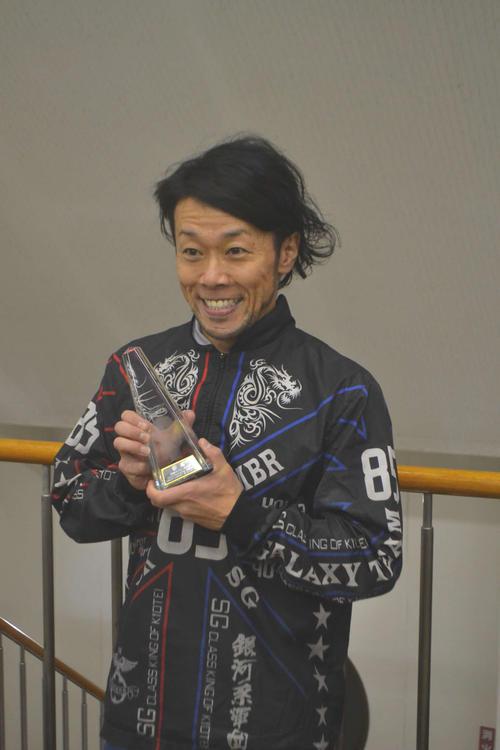 2年2カ月ぶりの優勝を飾った桐本康臣はトロフィーを手に笑顔を見せた