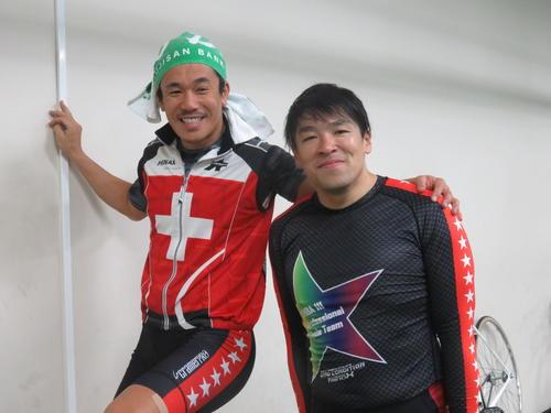 ワンツーを決め、師匠の武井大介(左)に肩を抱かれる野口裕史。決勝での再連係を目指す