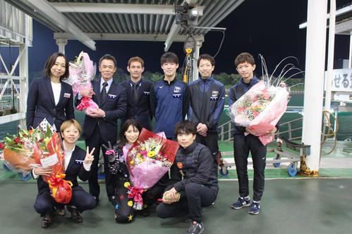 芦村幸香が現役最後のレースとなり、仲間から花束を贈られる